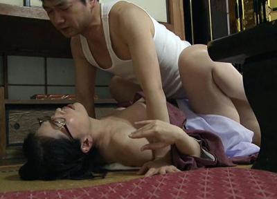 熟れまくった熟年同士のセックスは肉欲を貪る動物の交尾のように・・・