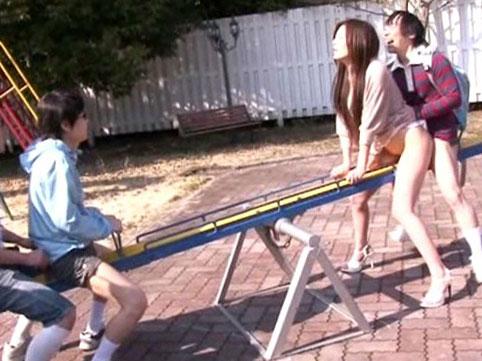 公園で親子のハプニング!遊具で遊んでたら「たまたま」ずっぽし挿っちゃって絶頂アクメ!