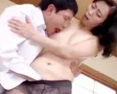 【五十路】『ずっとお母さんとこうしたかったんだ!!!』美乳な熟女おばさんが息子とセックスしちゃうヤバイやつw